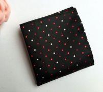 černý kapesníček do saka s puntíky