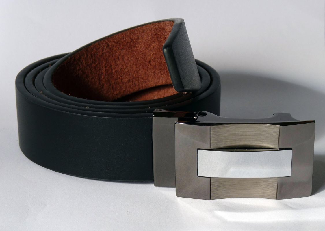 kožený pásek bezdírkatý